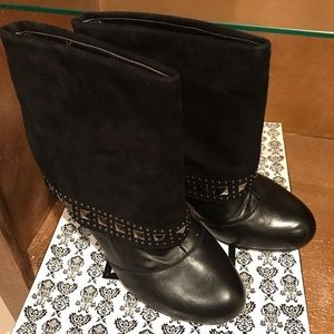 Very volatile black boots with silver studs